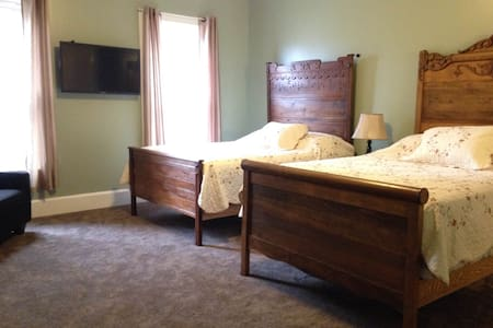 Cook Mansion Caven Cascades - Bed & Breakfast