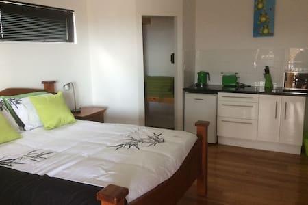 On the Deck @ Shark Bay Downstairs Green Room - Aamiaismajoitus