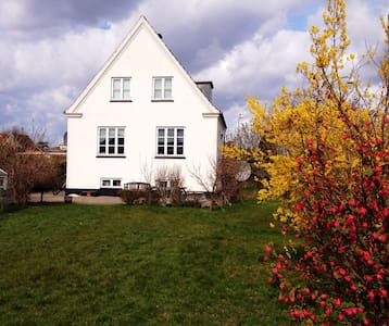 Cozy Holiday room close to KBH!