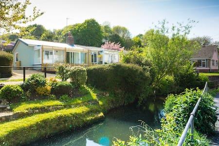 Homestead cosy riverside cabin - Hytte (i sveitsisk stil)
