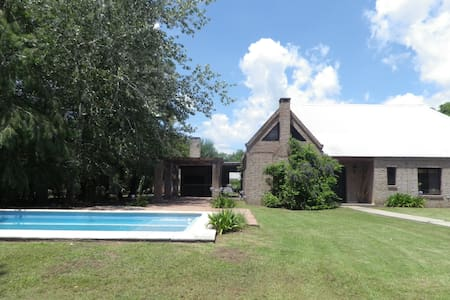 Big house with garden, pool & grill - Funes - Chalet