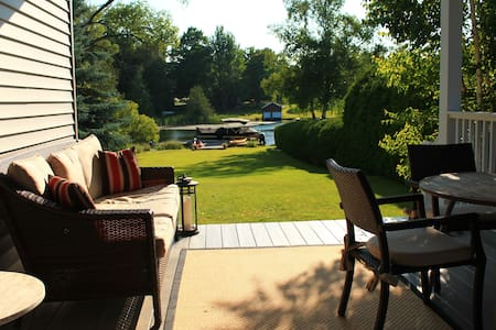 Lakefront Lake Leelanau with Dock. Sleeps 10-12 - Casa