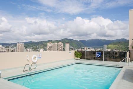 The 8th floor free parking . Pool - Honolulu - Apartment