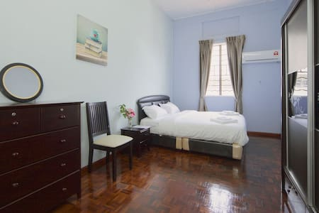 Near Beach/Airport/Cafe house - King Bed - Kota Kinabalu
