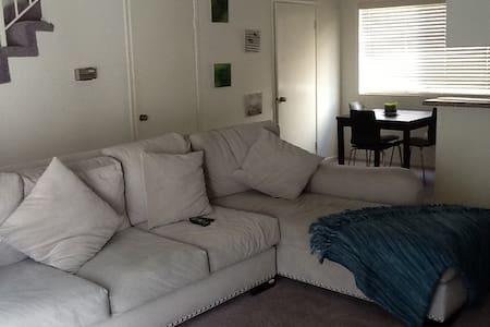Spacious furnished room Studio City - Řadový dům