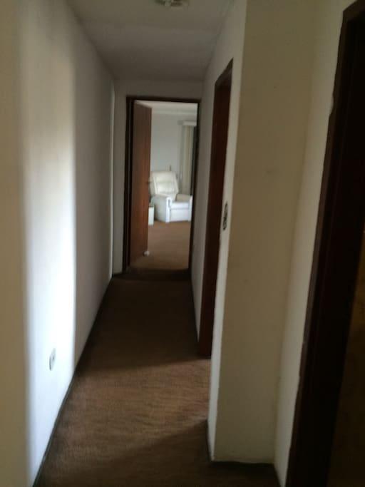 A casa é um sobrado e este quarto fica nos fundos lugar tranquilo e calmo