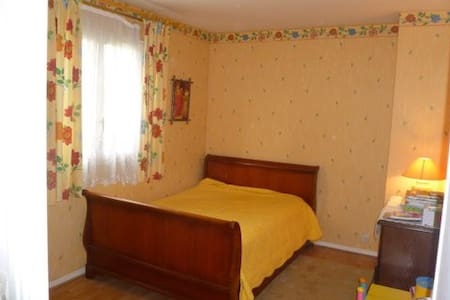 Grande chambre a Cergy Le haut - Bed & Breakfast