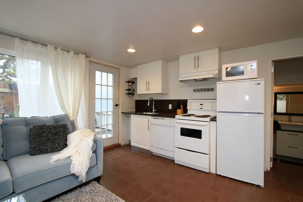 Fully equipped kitchen with dishwasher & microwave