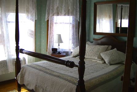 The Lawrence House Starksboro Room - Bristol - Bed & Breakfast