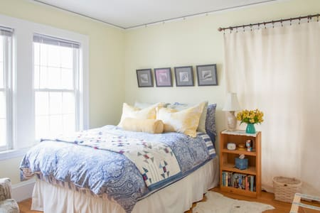 Welcoming Room in Sunny Home - Belmont - Apartment