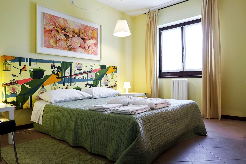 camera 3 con un letto doppio o due singoli e bagno in comune