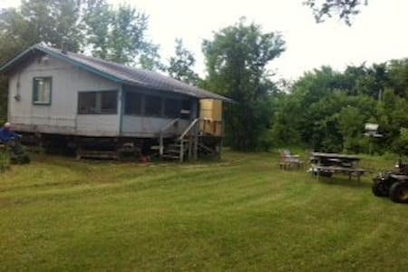 Riverside Rustic Cabin close to WPG - larochelle - Cabaña