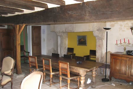 Gite dans l'aile d'un logis du XVIe - Huis