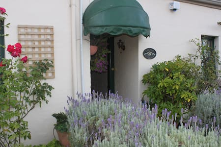 "Corner Cottage: ""The Burrow"" s/c apt in Guesthouse - Richmond"