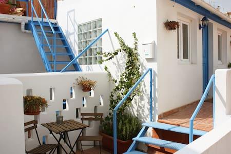Lisbon Charming Sunny Studio & Terrace - Lägenhet