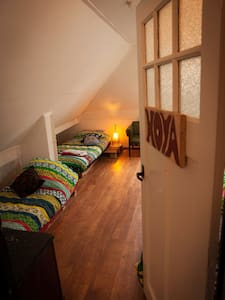 Bright 6person room, books, tv, breakfast & forest - Groningen