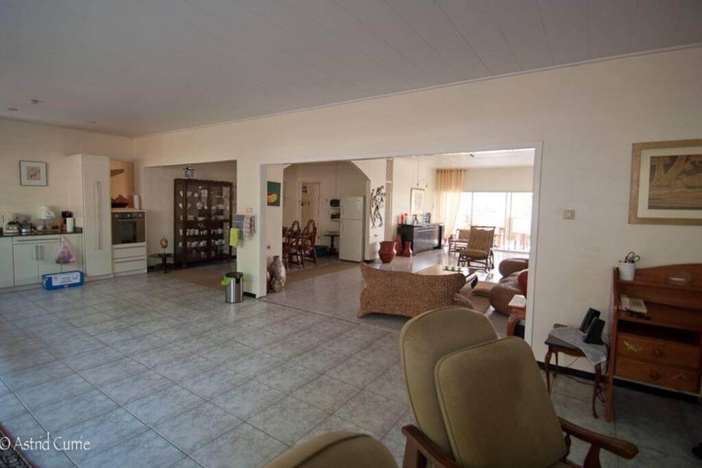 De eetkamer komt zowel uit in de woonkamer als in de keuken. Die drie vertrekken vormen samen een geheel, waardoor je geen opgesloten gevoel hebt. Je hebt echt alle ruimte.