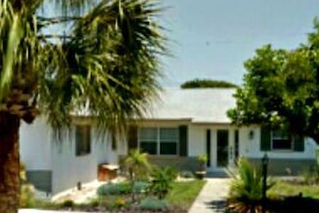 4 BR Quiet Beachside Island life, fully equipped! - Indian Harbour Beach