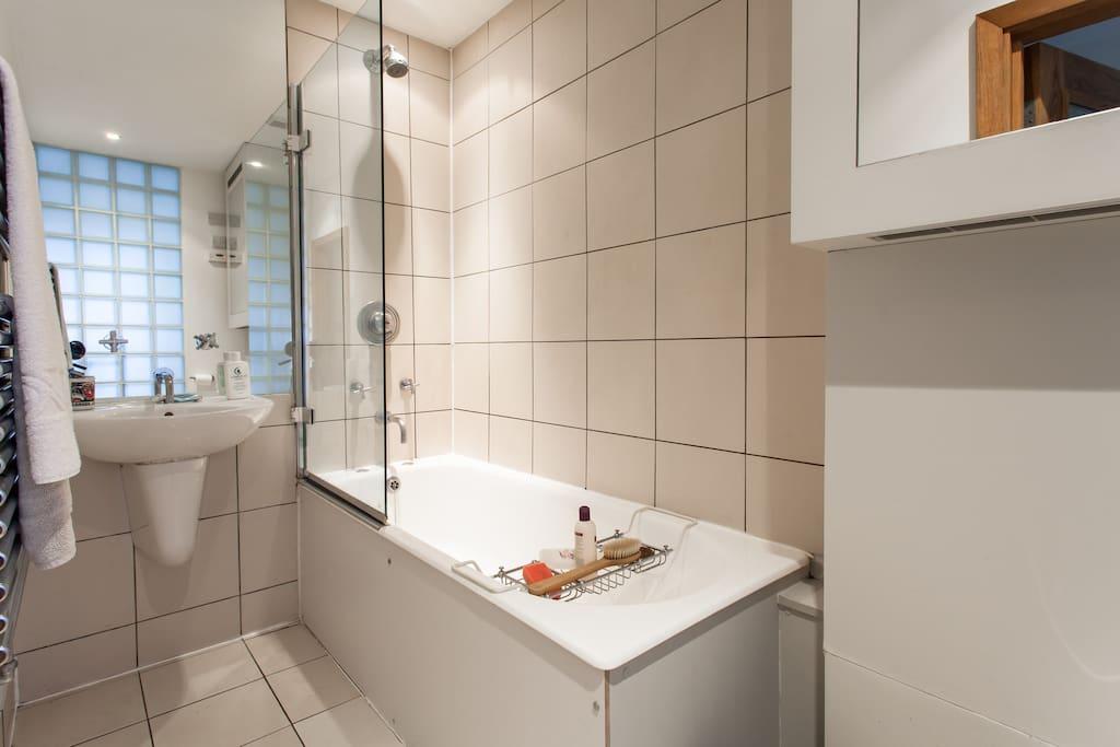 BATHROOM - TOILETERIES PROVIDED. SHAMPOO, CONDITIONER, BODY WASH, TOOTHPASTE, RAZORS, ETC...