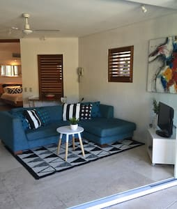 Stylish one bedroom unit in a great resort complex with Gym, poolside bar and cafe. Room has self contained kitchen,  huge outdoor area one level up overlooking two beautiful well maintained pools and spa. Excellent location. Minutes walk from Hasting St and Noosa junction.  Unbeatable value for the perfect getaway.