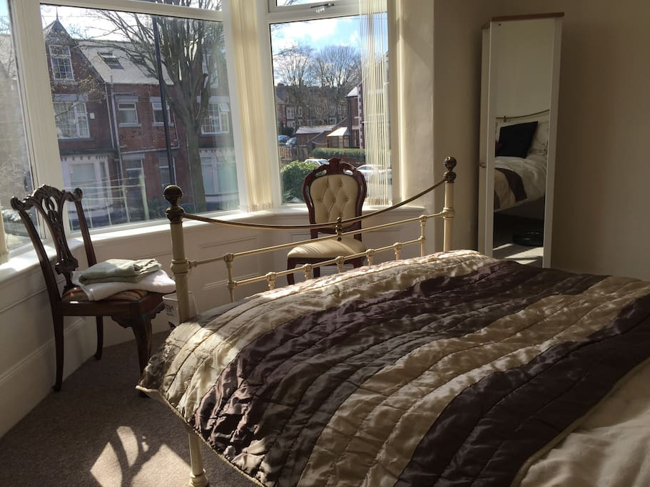 Warm a cosy room with gorgeous bay