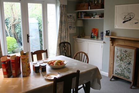 Bike, breakfast & wifi in cosy central home! - Bed & Breakfast