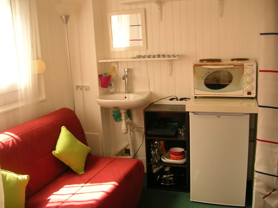 Kitchenette with frige and oven