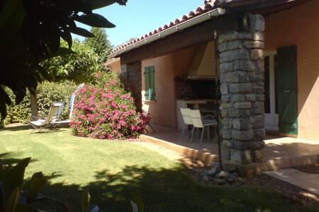 Calme et nature à Olivette /piscine - Entrecasteaux - House