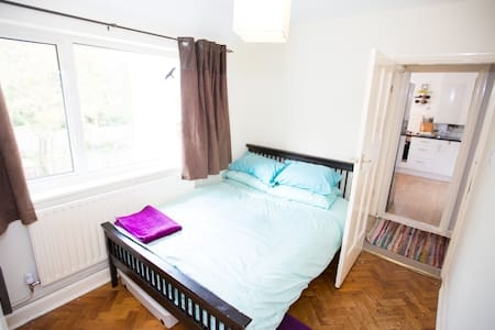 Room close to West Byfleet station - Flat