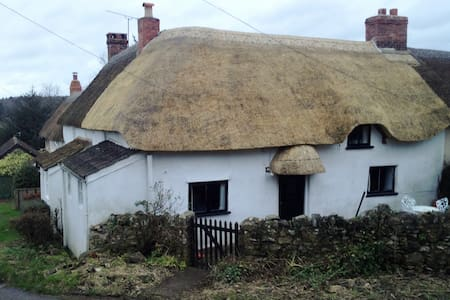 Thatched cottage in Dorset hamlet. - Dom