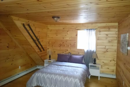 Cozy Spacious Bedroom in Log Home - Jeffersonville