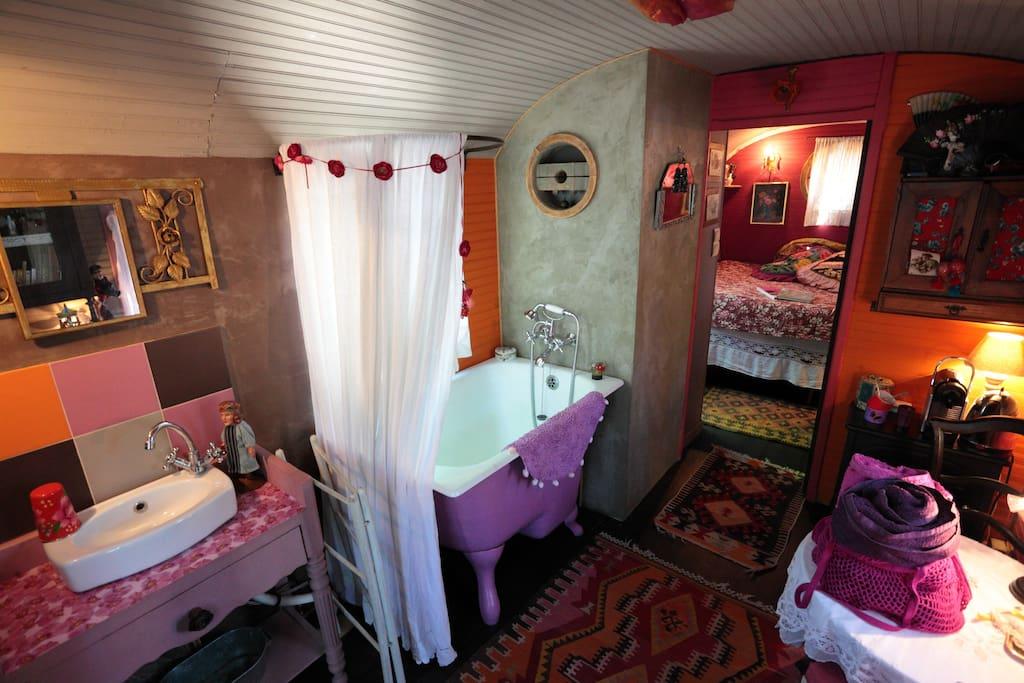 Baignoire au salon, une toute petite chambre, comme un cocon, les toilettes au placard