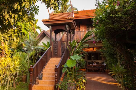 golden teak home room 3 - Bed & Breakfast
