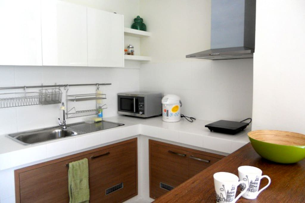 kitchen with kitchenett, refrigerator, electric stove and microwave