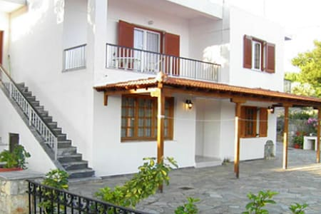 Quiet house for 4 adults in Votsi - Wohnung