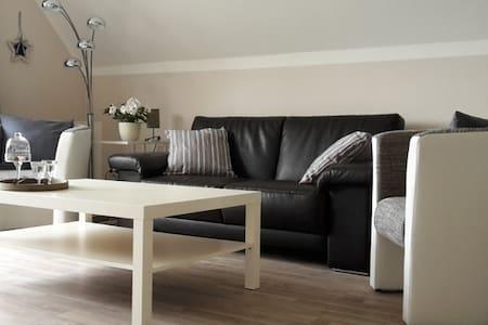 Neue attraktive Ferienwohnung mit Sonnenbalkon - Apartamento
