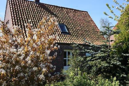 Echt süßes Ostfriesenhus in Minsen - House