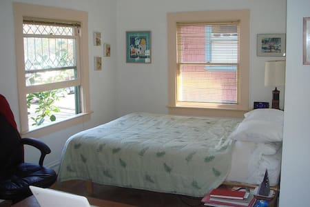 A beautiful comfy room with private bath - Berkeley