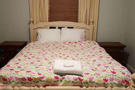 Queen bed, 1.8 mile to W&L or VMI - House