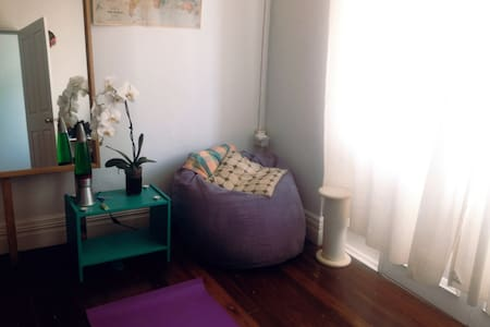 Bright cool room, private entry - House