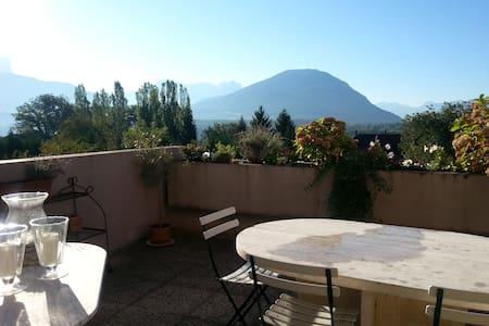Logement entier, terrasse sud, vue montagnes - Appartement