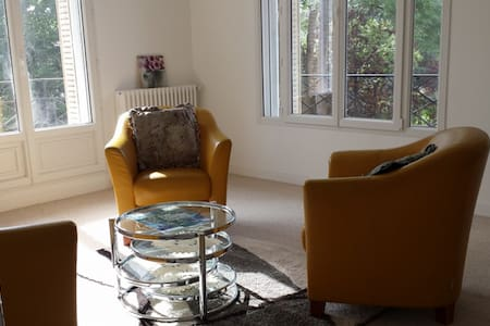 Large independent apartment in a family house - Sceaux - House