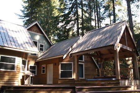 New 3-bed cabin w/ private hot tub - House
