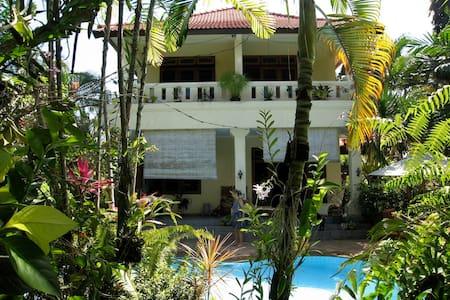 Haus auf dem Land in schönem Garten