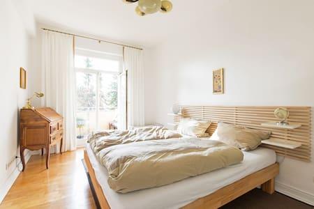 Wunderschönes Zimmer mit Balkon - Lägenhet