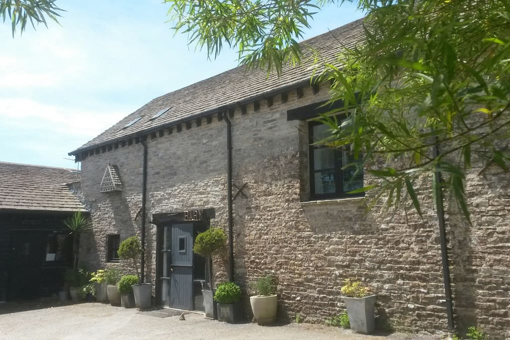 The barn is 150 years old and was used by the ponies of the ancient quarry industry and sheep farmers. Now a large selfcatering let for large groups including functions room for parties, workshops or talks