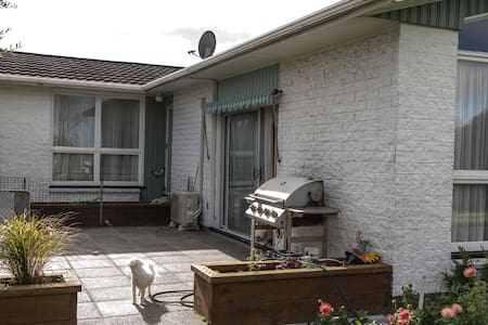 Warm friendly home close to Airport