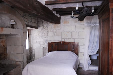 1 Tuffeau Stone bedroom - Hus