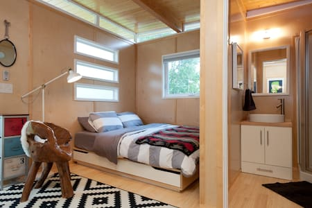 Fresh + Modern + Bright Tiny House - Rumah