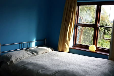 Light Airy Room Peaceful Location - Bed & Breakfast